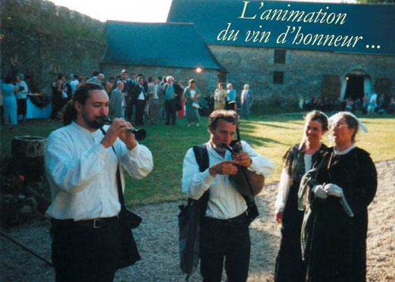 Les sonneurs (bombarde et biniou) animent le vin d'honneur.