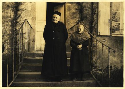 La Haie-Traversaine, le curé et sa bonne), 1955.