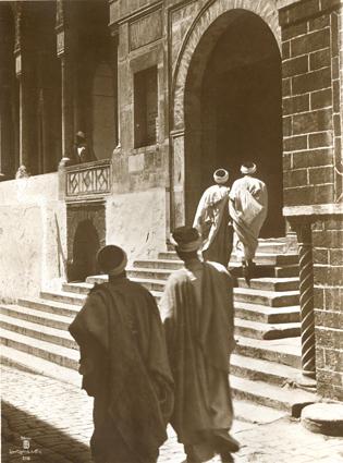 Hommes entrant à la Mosquée. Tunisie. 1910