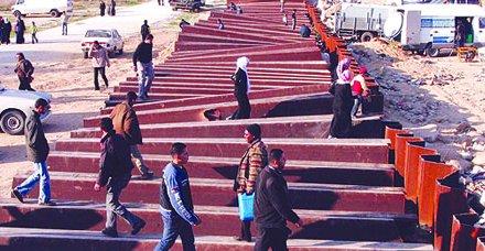 رجح العديد من المحللين السياسيين والمتابعين للشأن الفلسطيني، أن يقوم المواطنين بقطاع غزة باقتحام الجدار الفولاذي الذي تقيمه مصر على الحدود مع قطاع غزة، والذي أدى إلى تفاقم الحالة الإنسانية التي يعيشها مواطنو قطاع غزة المحاصرين منذ ما يقرب الأربع سنوات.