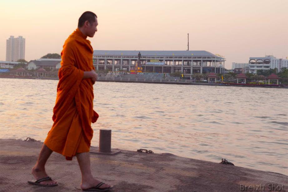 Chao Phraya moine à la station tewet