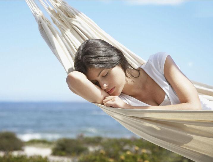 http://www.femmeactuelle.fr/var/femmeactuelle/storage/images/sante/sante-pratique/fatigue-vacances-sante-03367/12644604-1-fre-FR/fatiguee-meme-en-vacances-ca-cache-quoi.jpg