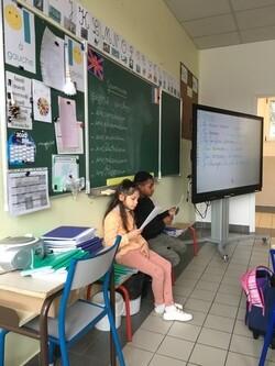 Les élèves de CE1 B lisent des histoires aux CP de Mme Perreau