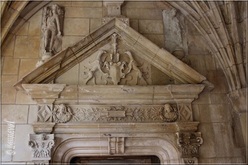 Abbaye de Cadouin le Cloître galerie Ouest détail fronton triangulaire