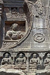 4301915-religieux-sculpt-s-dans-la-pierre-sur-la-fa-ade-d-3