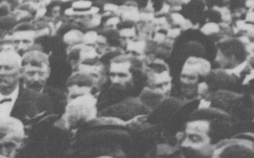 Père Dor dans la foule