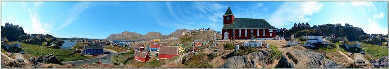 Vue panoramique sur l'église et la ville basse de Sisimiut avec son port - Groenland