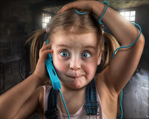 Foto Humor Kleine Mädchen Augen Kinder Telefon Gesicht lustige kind