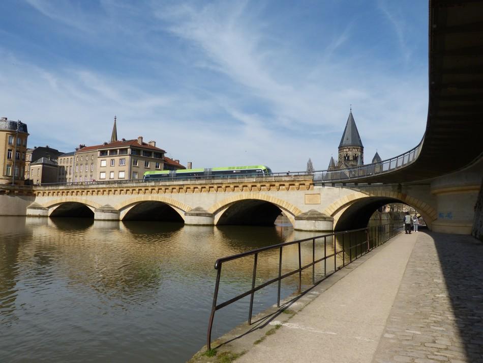 Au bord de l'eau, à Metz, entre amis.
