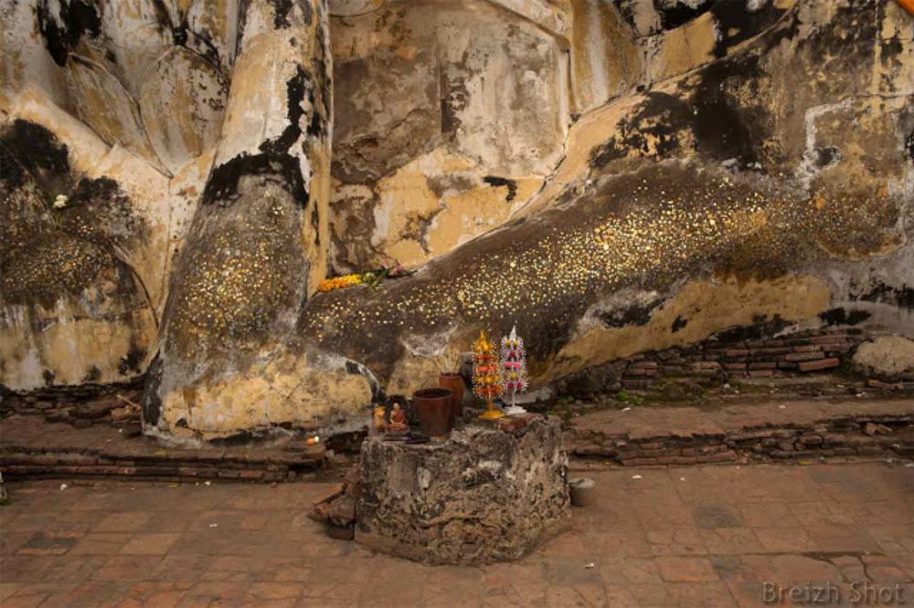 Ayutthaya Wat Lokayasutha :  Le Bouddha couché - Le bras sur lequel des feuilles d'or sont collées en témoignage de dévotion
