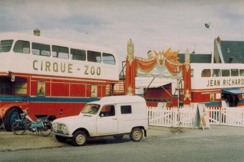 façade avec bus à l'impériale en 1969