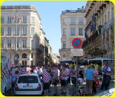 les supporters Croates installés devant le Grand Hôtel 5*