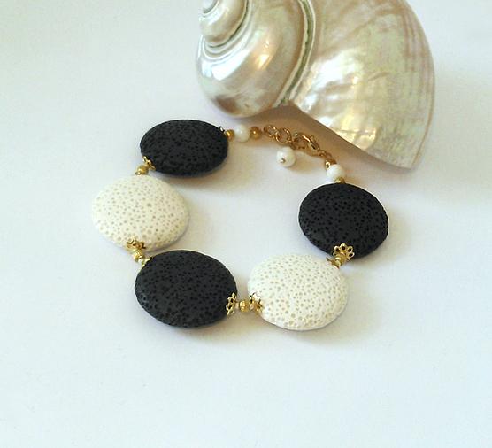 Bracelet Pierre de Lave blanc et noir, lentilles 25mm / métal doré et plaqué or