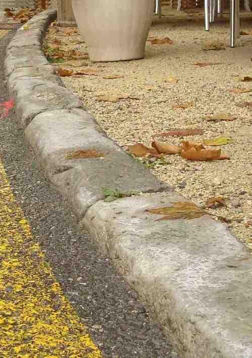 - Bordure en pierre - avant les travaux d'aménagement de surface - Saillans - Drôme - Grande Rue - Eglise Saint-Géraud ----- 15 septembre 2013 -