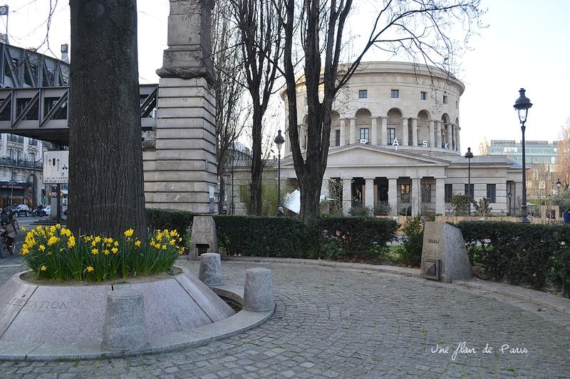 Un tilleul argenté pour la Libération, Place de la Bataille de Stalingrad - Paris 19e