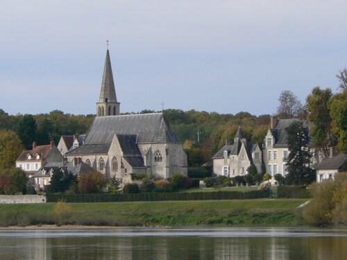 Une jolie promenade au gré du courant de la Loire, un beau ciel bleu, un soleil avenant, c'est tout ce qu'il nous fallait pour profiter de cette promenade-découverte. Départ de Montlivault pour arriver sur les bords de Loire, en face un très joli château, privé hélas, et cette Loire tumultueuse par moment, mais calme le jour de notre visite.  Une petite découverte qui intéressera peut-être certains d'entre vous.