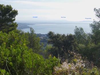 La baie de  l'Almanarre. Au fond, les trois îles d'Or