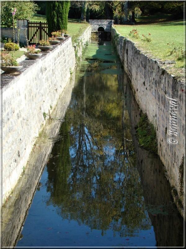 Abbaye de Fontdouce Charente-Maritime autre côté du canal dans les jardins