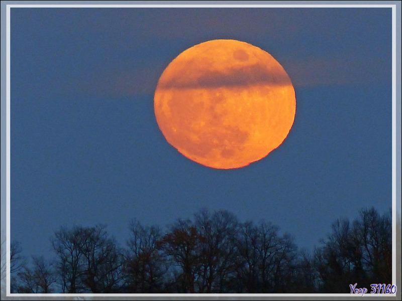 Lever (23/01/2016, 17 h 55) de la presque pleine Lune du 24/01 à 1 h 45 vue au coucher (16 h 31) du Soleil