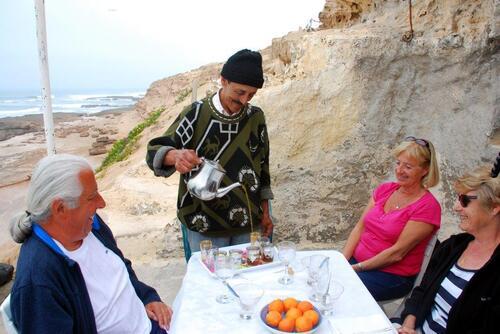 Abdalah nous sert le thé