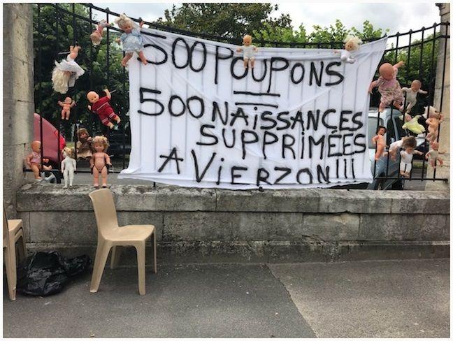 Ce jeudi, à Vierzon (Cher), le personnel soignant en grève illimitée depuis lundi a symboliquement accroché 500 poupons aux grilles de l'hôpital dont certains services sont menacés