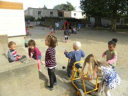 Dans la cour de l'école