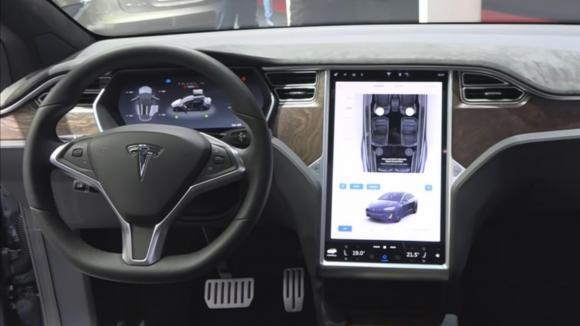 Tesla a initié la généralisation des écransà bord des véhicules