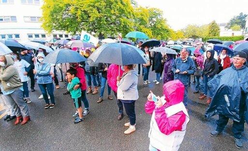 Plusieurs dizaines de personnes ont répondu, ce mardi 16 juin, à Quimperlé, à l'appel des syndicats CGT, CFDT et Sud santé.