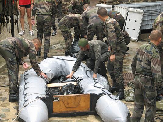 L'armée française, prête à intervenir en Algérie