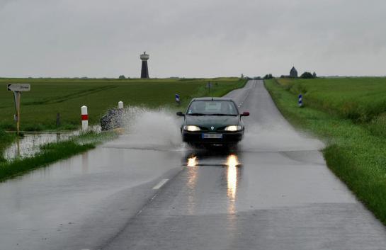 A proximité d'Orléans (Loiret), mardi. Une voiture circule sur une route inondée.