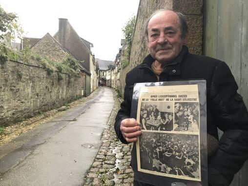 Michel Guégan avec une coupure de presse Ouest-France, datée du 4janvier 1966 décrivant la «folle nuit» de la Saint-Sylvestre.