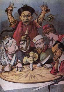 Le partage de la Chine: célèbre caricature française politique de la fin des années 1890. La Chine, sous forme de tarte, est divisée entre les «convives»: la reine Victoria de Grande-Bretagne et l'agressif GuillaumeII qui se querellent, NicolasII de Russie qui lorgne sur un morceau bien précis, Marianne qui semble vouloir jouer la voie diplomatique et ne participe pas à la dispute, et l'empereur Meiji, du Japon, qui semble méditer quelque mauvais coup… alors qu'un fonctionnaire bien typé des Qing tente, impuissant de faire cesser le partage… (le Petit Journal, 16 janvier 1898