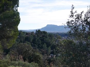 Au premier lacet de la piste du Rousset, on découvre le rocher de Roquebrune