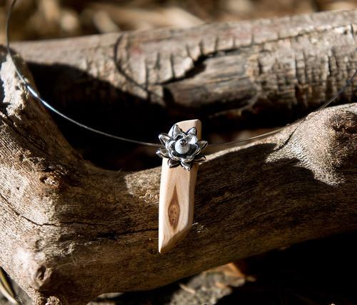 tour de cou en métal et bois