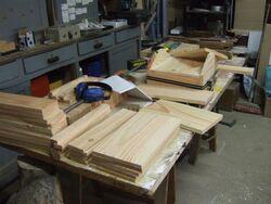 Dans l'atelier, l'empilement des planch(ette)s en attente...