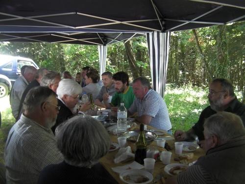 Dimanche 17 juin (jour de la fête des pères) il fait beau , c'est pour nous l'occasion de préparer la nouvelle saison de chasse à venir, en partageant un repas festif.