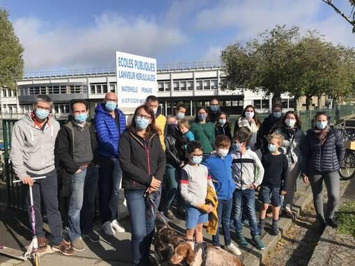 Une quinzaine de parents d'élèves se sont retrouvés samedi matin devant l'école de Lanveur. Ils appellent au maintien dans son poste l'enseignant remplaçant.
