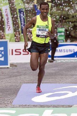 Marathon de Chicago : Kenenisa Bekele et Florence Kiplagat, détenteurs de records du Monde, en lice  Les organisateurs du marathon de Chicago, le 12 octobre prochain, ont annoncé les plateaux élite hommes et femmes.  C'est donc officiel : après des débuts tonitruants sur la distance mythique à Paris en avril dernier (victoire en 2h05'04''), Kenenisa Bekele disputera son deuxième marathon à Chicago, le 12 octobre prochain. Le record de l'épreuve, 2h03'45'' par Denis Kimetto (2013) est en danger…tout autant que le record du Monde, détenu depuis 2013 par Wilson Kipsang et son supersonique 2h03'23'' établit à Berlin. Kenenisa Bekele avait en effet fait montre d'une facilité déconcertante lors de ses débuts dans l'Hexagone il y a quelques mois, en améliorant de huit secondes le record de l'épreuve, en 2h05'04'' (voir le récit et l'analyse de la course dans le numéro 235 de VO2).  L'actuel recordman du Monde du 5 000 et 10 000 m (12'37''35 en 2004 et 26'17''53 en 2005, des chronos incroyables qui devraient tenir encore pas mal de temps…) aura toutefois un challenger de taille en la personne d'Eliud Kipchoge, champion du Monde 2003 sur le 5 000 m à Paris (où Bekele avait pris la 3e place après s'être imposé une semaine plus tôt sur le 10 000), et qui a couru trois marathons. Pour des résultats canons : débuts victorieux à Hambourg en 2013 (2h05'30'') puis 2h04'05'' à Berlin en 2013 (2ème de la course, 6e performance de tous les temps), puis une victoire à Rotterdam en avril dernier en 2h05'00'' pile.  Les Kényans Bernard Koech (record à 2h04'53'') et Sammy Kitwara (2h05'54''), ultrarapides sur semi-marathon (58'41'' pour le premier sur un parcours trop favorable ; 58'48'' pour le second -5e temps de l'histoire) seront aussi de sérieux adversaires pour Bekele.  Côté féminin, gros plateau également. Avec en premier lieu la lauréate 2013 Rita Jeptoo (2h19'57''), victorieuse également du marathon de Boston en avril (2h18'57'' mais trop favorable). La Kényane aura comme princip