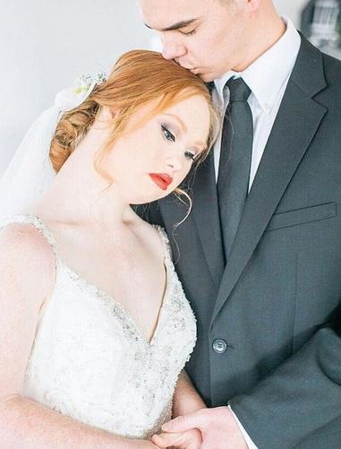 Une jeune mannequin atteinte de trisomie 21, pose en robes de mariée et c'est très beau !
