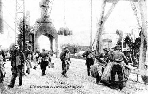 """Le déchargement du cargo """"Maidstone"""" quai Paul Devot"""