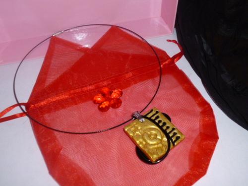 Un collier doré et noir