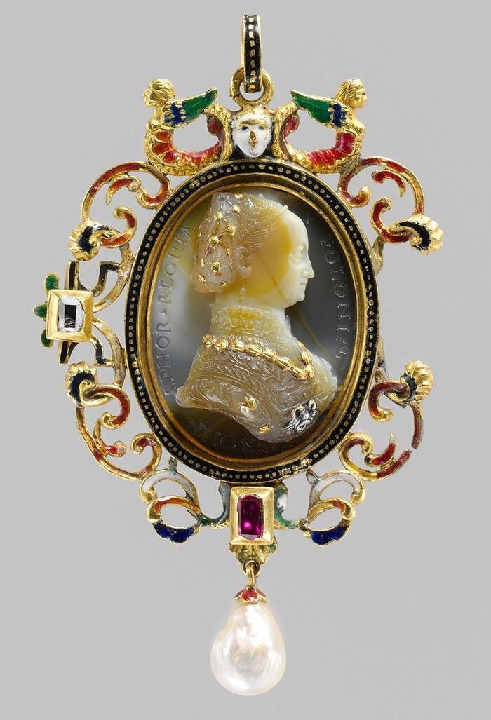Une brève histoire des bijoux camée et comment ils sont toujours populaires aujourd'hui