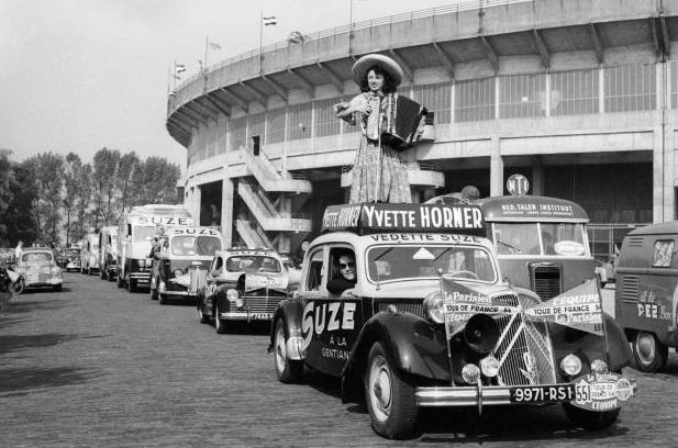 Tour de France 1954 Yvette Horner promeut la liqueur Suze