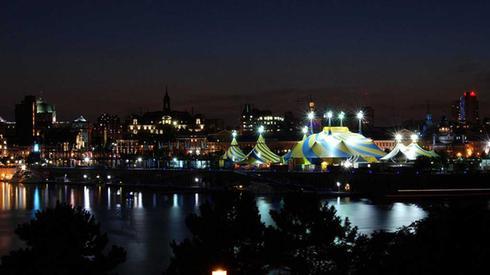 Vieux-Montréal et tente du Cirque du Soleil la nuit