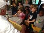 Les élèves  'techniciens des industries agroalimentaires' extraient le miel du Collège