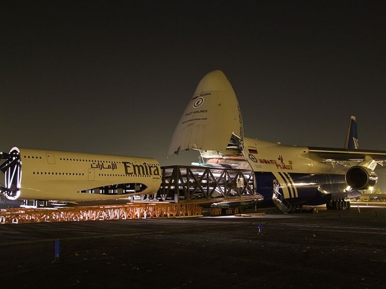 Polet_Airlines_An-124_swallowing_Emirates_Airbus_A380 (1)