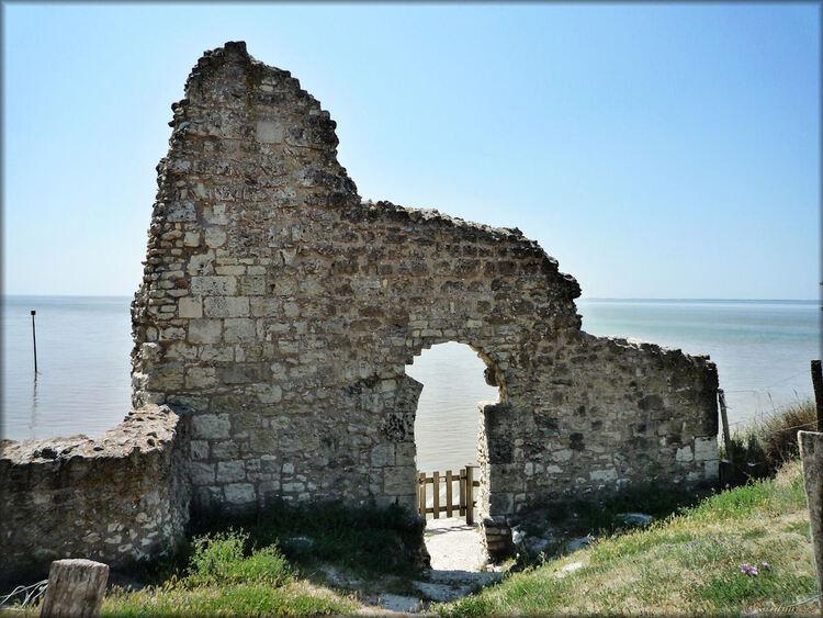 Photo de la porte de la tour blanche de Talmont sur Gironde
