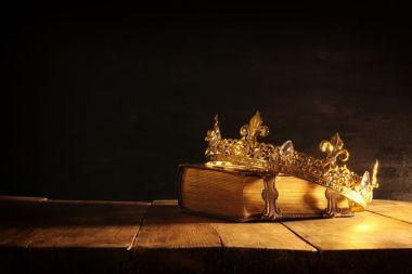 Couronne et Bible