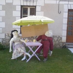 Moment de détente en terrasse pour Mr et Mme épouvantail