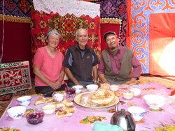 Kirghistan, petit gouter dans une yourte